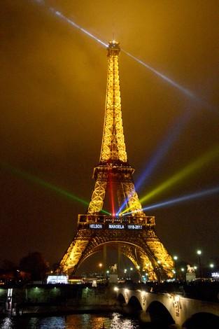 パリのエッフェル塔のイルミネーション=2013年12月14日、宮川裕章撮影