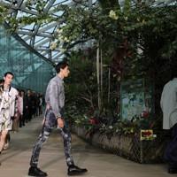 新宿御苑大温室で行われた森川拓野さんのブランド「TAAKK」のショー=東京都新宿区で2020年10月12日、玉城達郎撮影