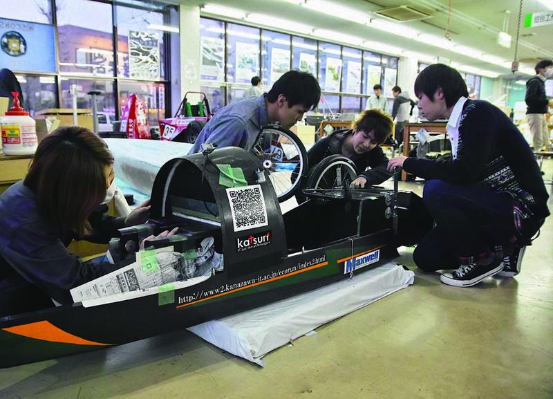 ガソリン1リットルでの走行距離を競うエコランカー。極限まで軽量化した車両からエンジンまで、学生自らが設計・製作する(2014年、金沢工業大学提供)