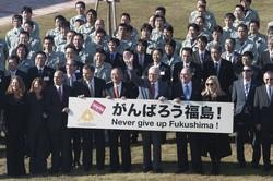 2011年11月に来日し、新工場の視察に訪れたバフェット氏(手前中央)(タンガロイ提供)