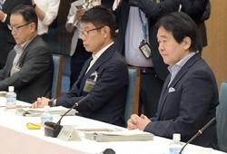 竹中平蔵氏(右)が打ち出した月7万円の支給構想は「観測気球」との見方も(首相官邸で7月17日)