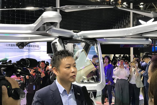 一人乗りドローンの試作機を発表する小鵬汽車(Xpeng)の何小鵬CEO(2020年9月の北京モーターショー)