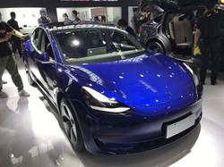 中国では絶大な人気のテスラのモデル3(2020年9月の北京モーターショーで筆者撮影)