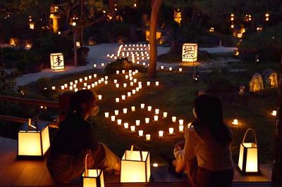 ろうそくのあかりが庭園を幻想的に彩る「梵燈のあかりに親しむ会」の試験点灯=京都市右京区で2020年10月15日午後5時47分、川平愛撮影