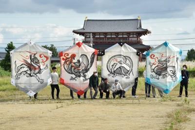 試し揚げに使われた四神大だこ。左から白虎、朱雀、玄武、青竜=奈良市の平城宮跡歴史公園で2020年10月11日午後3時14分、加古信志撮影
