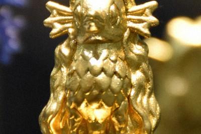縦約3センチ、幅約2センチで緻密に仕上げられた純金のアマビエ=京都市下京区の京都高島屋で2020年10月15日午後0時46分、中島怜子撮影