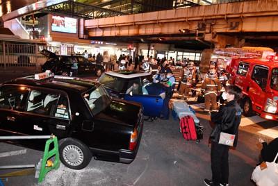 タクシーなど複数台がからむ事故のあった現場=大阪市北区で2020年10月15日午後10時23分、木葉健二撮影