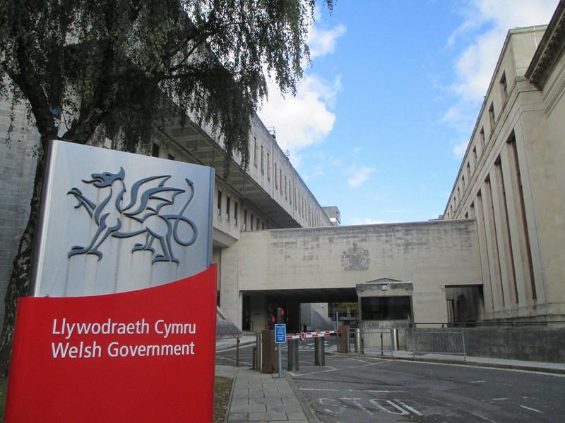 ウェールズ自治政府の建物。入り口の表示は英語とウェールズ語が併記され、ウェールズの象徴の竜が描かれている=ウェールズ南部カーディフで2020年10月13日、服部正法撮影