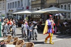 夏のハーメルンで上演される笛吹き男の野外劇。上演後、ネズミに扮(ふん)した子供たちを引き連れて、笛吹き男が市内を練り歩く=2012年8月、篠田航一撮影