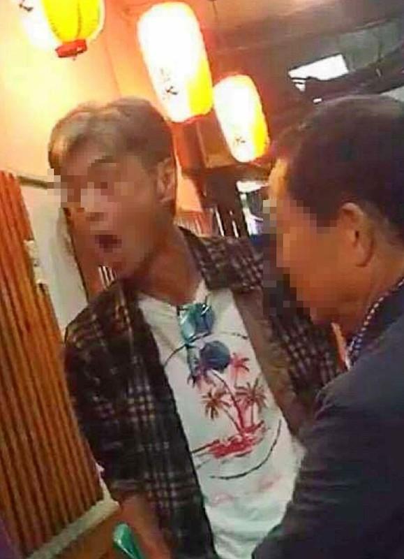 タニヤ通りの一角にある日本食店で酒に酔って暴れる50代の日本人男性。愛知県の中小企業で社長を務めているという。