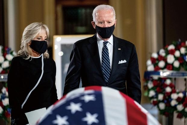 9月に死去したギンズバーグ連邦最高裁判事の追悼式に出席するバイデン氏夫妻(ワシントンで) (Bloomberg)