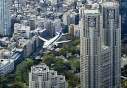 新宿上空を飛ぶANA機