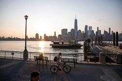 大都会の中を流れるハドソン川 (Bloomberg)