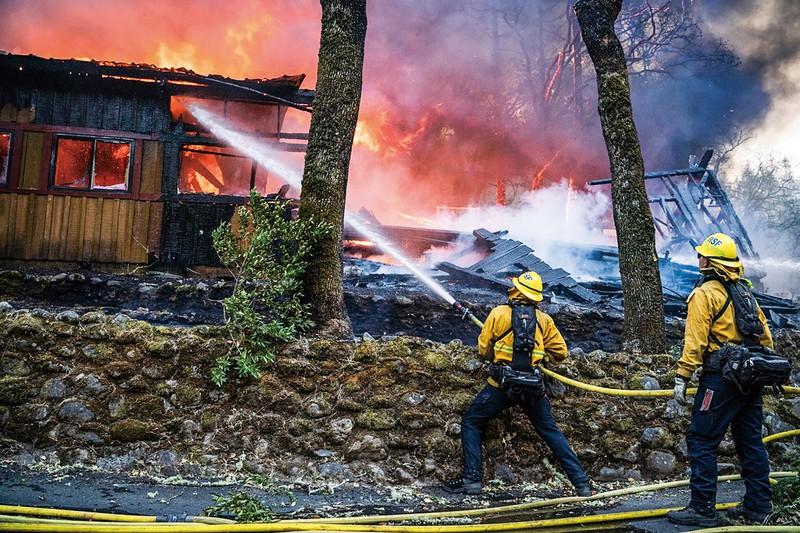 25人の犠牲者を出すなど甚大な被害をもたらした山火事 (Bloomberg)
