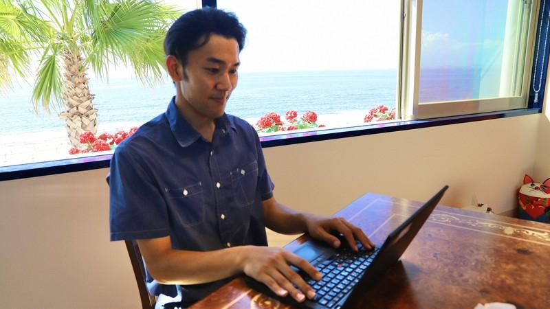 パソナグループの兵庫県淡路島のワーキングスペースで仕事をする社員=同社提供