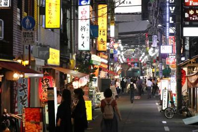 新橋駅周辺の繁華街=東京都港区で2020年9月15日午後6時11分、長谷川直亮撮影