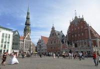 リガの市庁舎前広場を歩く花嫁。後ろは戦争前の姿に再建されたブラックヘッド会館。街は「バルト海の真珠」と称され美しい(写真は筆者撮影)