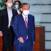 首相官邸に入る菅義偉首相=首相官邸で2020年10月16日午後3時14分、小川昌宏撮影