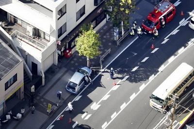 バス停付近に車両が突っ込んだ事故現場=横浜市金沢区で202010月16日午後1時9分、本社ヘリから