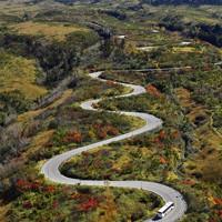 木々が赤や黄に色づき始めた「立山黒部アルペンルート」=富山県立山町で2020年10月16日、本社ヘリから
