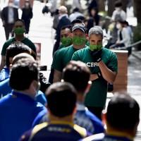 試合前に対戦相手を見つめる選手たち=東京都千代田区の丸の内仲通りで2020年10月16日午後0時18分、滝川大貴撮影