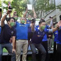 優勝したNTTコミュニケーションズの選手たち=東京都千代田区の丸の内仲通りで2020年10月16日午後1時1分、滝川大貴撮影