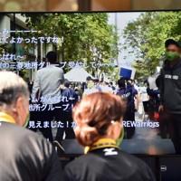 試合はYouTubeのライブ機能を通して中継され、コメントでの応援が盛り上がっていた=東京都千代田区の丸の内仲通りで2020年10月16日午後0時3分、滝川大貴撮影