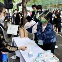 大会前に行われた受付での体温検査=東京都千代田区の丸の内仲通りで2020年10月16日午前11時58分、滝川大貴撮影