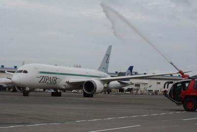 放水の歓迎を受け、出発するZIPAIRの機体=成田空港で2020年10月16日午前9時22分、中村宰和撮影