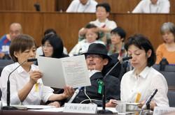 参院厚生労働委員会に参考人として出席し、資料に目を通す岡部宏生さん(中央)=国会内で2016年5月23日、宮武祐希撮影