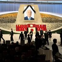 中曽根康弘元首相の内閣・自民党合同葬で献花する人たち=東京都港区のグランドプリンスホテル新高輪で2020年10月17日午後3時23分(代表撮影)
