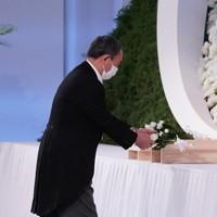 故中曽根康弘元首相の内閣・自民党合同葬で献花する菅義偉首相=東京都港区で2020年10月17日午後2時54分、玉城達郎撮影