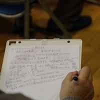 生活再建について考えるため町内の住民が集まり開いた勉強会で、防災集団移転促進事業に詳しいNPO関係者や弁護士の話を、メモをとりながら聞く住民=宮城県丸森町で2020年2月4日、和田大典撮影