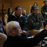 生活再建について考えるため町内の住民が集まり開いた勉強会で、防災集団移転促進事業に詳しいNPO関係者や弁護士の話を聞く佐久間さんら住民たち。阪神や東日本の大震災後の事例などを真剣な表情で聞いた=宮城県丸森町で2020年2月4日、和田大典撮影