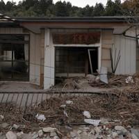 台風19号の土砂災害で壊れた五福谷地区の集会所=宮城県丸森町で2019年11月14日、和田大典撮影