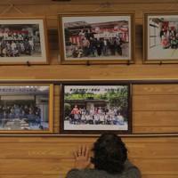 浸水をまぬがれ、修復された集会所に掲げられた住民たちの集合写真。台風前、花見や新年会で集まった時などに撮ってきた記念のもの=宮城県丸森町で2020年10月11日、和田大典撮影