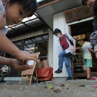 修復された集会所に集まった住民と子供たち=宮城県丸森町で2020年9月21日、和田大典撮影
