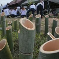 台風19号上陸から1年となる日にともす竹灯籠(とうろう)を作る東北大生らボランティアたち=宮城県丸森町で2020年9月22日、和田大典撮影