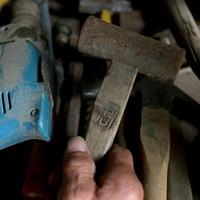 船山忠夫さん(67)の名前の焼き印が入った大工道具。五福屋地区にある自宅と作業小屋には土砂が流れ込み、泥をかぶって使えなくなった機械もあるが、弟子の時代からある金づちは使い続ける。周囲の住民は移転するが、船山さんは避難先の仙台から通い、自分で家と小屋を直し戻ってくると決めた。「この作業場で人生かけてやってきた。ここが終のすみか」=宮城県丸森町で2020年10月4日、和田大典撮影