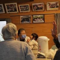 台風19号上陸から1年を迎え、集会所に集まった住民たち。4カ月ぶりに会う顔ぶれも=宮城県丸森町で2020年10月11日、和田大典撮影