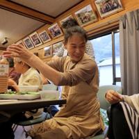 台風19号上陸から1年を迎え、集会所で「芋煮会」を開き集まった住民たち=宮城県丸森町で2020年10月11日、和田大典撮影