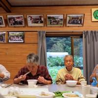 集会所で開いた「芋煮会」で笑顔の住民たち。佐久間さんは「我々住民のためにボランティアの皆さんが修理に汗を流してくれて、感謝しかない」=宮城県丸森町で2020年10月11日、和田大典撮影