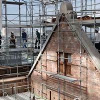 屋根が解体された洋館を囲む足場から保存修理工事現場を見学する人たち=大阪府田尻町で2020年10月3日、大西達也撮影