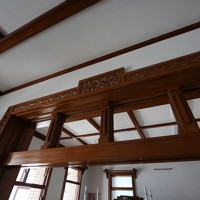 保存補修工事のため、ステンドグラスが取り外された洋館の欄間=大阪府田尻町で2020年9月15日、大西達也撮影