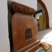 洋館の2階には彫刻された装飾が見られた=大阪府田尻町で2020年9月15日、大西達也撮影