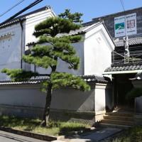 田尻歴史館の北側には土蔵が3棟並ぶ=大阪府田尻町で2020年9月15日、大西達也撮影