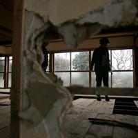 台風19号の豪雨で夏井川が氾濫し、1階で寝ていた母親を亡くした自宅を訪れた鈴木良子さん=福島県いわき市で2019年12月26日、和田大典撮影