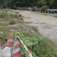 台風19号の豪雨で、阿武隈川の支流、五福谷川が氾濫し土砂や岩が流れこんだ集落=宮城県丸森町で2020年10月5日、和田大典撮影