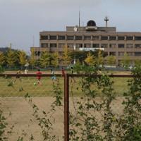丸森町役場前の運動場でサッカーをする人たち=宮城県丸森町で2020年10月5日、和田大典撮影