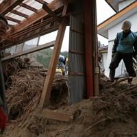 台風19号の豪雨で大量の土砂が流れ込んだ作業場=宮城県丸森町で2020年1月18日、和田大典撮影